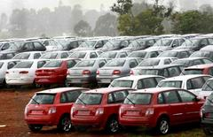 Hundreds of Fiat's cars stand at a airport in the Oliveira city, state of Minas Gerais, November 29, 2008. REUTERS/Jaja Carneiro