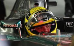 Piloto alemão da equipe Mercedes de Fórmula 1 Nico Rosberg durante segunda sessão de treinos antes do Grande Prêmio de Abu Dhabi, no circuito Yas Marina. Rosberg escapou ileso de um acidente em alta velocidade sofrido durante um teste de pneus da Fórmula 1 no Bahrein, nesta quinta-feira. 1/11/2013. REUTERS/Caren Firouz