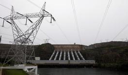 Vista da hidrelétrica de Furnas em Minas Gerais. As distribuidoras de energia elétrica podem ter impacto no fluxo de caixa de 4,2 bilhões a 13,1 bilhões de reais em 2014, segundo a Associação Brasileira das Distribuidoras de Energia Elétrica (Abradee), diante das estimativas de continuidade da geração termelétrica, exposição involuntária no mercado de energia e preço de energia contratada no leilão de energia A-1. 14/01/2013 REUTERS/Paulo Whitaker