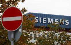 Uma placa de trânsito vista na frente dos escritórios da Siemens AG em Munique. As empresas de tecnologia Siemens, Mitsubishi Electric e Toshiba perderam um recurso na mais alta corte europeia sobre uma decisão judicial de 2007 que declarou que as empresas faziam parte de um cartel vendendo equipamentos elétricos. 30/09/2013 REUTERS/Michaela Rehle