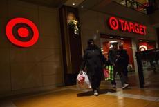 Target, numéro deux américain de la distribution, annonce que les données d'environ 40 millions de cartes de crédit et de débit pourraient avoir été volées à des clients pendant les trois premières semaines de la période des achats des fêtes de fin d'année. /Photo prise le 29 novembre 2013/REUTERS/Eric Thayer