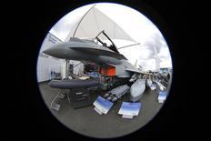 L'Eurofighter Typhoon. Les Emirats Arabes Unis ont décidé de ne pas poursuivre les négociations avec BAE Systems concernant l'acquisition d'avions de chasse du constructeur aéronautique britannique. /Photo prise le 15 juin 2013/REUTERS/Pascal Rossignol