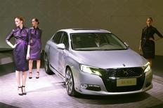 La Citroën DS 5LS présentée à Paris. PSA a choisi le musée du Louvre pour dévoiler jeudi en avant-première mondiale sa nouvelle Citroën DS bien que la voiture soit destinée au marché chinois. /Photo prise le 19 décembre 2013/REUTERS/Charles Platiau