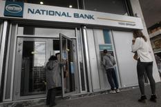 La Banque nationale de Grèce, premier établissement bancaire de Grèce, va lancer un plan de départs volontaires prévoyant jusqu'à 2.000 suppressions d'emplois, soit 15% de ses effectifs actuels. /Photo prise le 3 octobre 2013/REUTERS/John Kolesidis