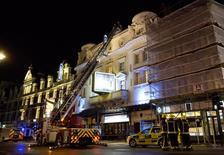 Serviços de emergência trabalham no Teatro Apollo, onde parte do teto desabou sobre a plateia, no centro de Londres, na Inglaterra, nesta quinta-feira. 19/12/2013 REUTERS/Neil Hall