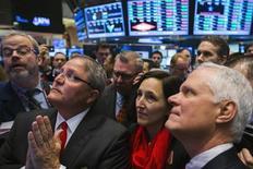 Ejecutivos de AMC Entertainment observan la cotización de las acciones de su compañía durante su oferta pública inicial en la Bolsa de Valores de Nueva York. 18 de diciembre, 2013. El promedio industrial Dow Jones de Wall Street finalizó el jueves en un máximo histórico por segunda sesión consecutiva, mientras que el índice S&P 500 retrocedió ya que los inversores se tomaron un respiro tras el avance de la sesión previa. REUTERS/Lucas Jackson
