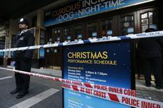 Сотрудник полиции у театра Apollo в Лондоне 20 декабря 2013 года. Почти 90 человек пострадали в результате обрушения части потолка в лондонском театре Apollo во время вечернего представления, сообщили в четверг спасатели. REUTERS/Suzanne Plunkett