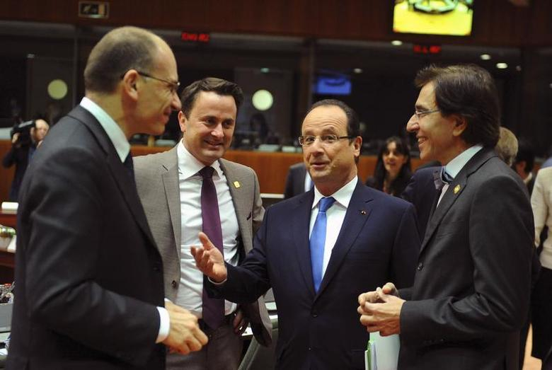 France's President Francois Hollande talks to Italy's Prime Minister Enrico Letta (L), Luxembourg's Prime Minister Xavier Bettel (2nd L) and Belgium's Prime Minister Elio Di Rupo (R) during a European Union leaders summit in Brussels December 20, 2013. REUTERS/Laurent Dubrule
