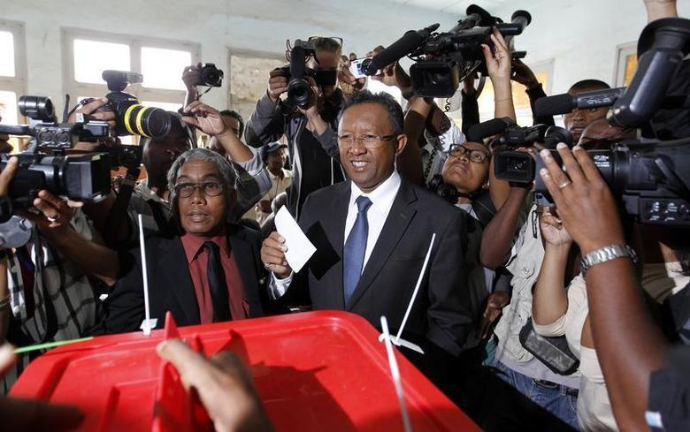 Madagascar's presidential candidate Hery Rajaonarimampianina (C) holds his ballot before casting his vote at a polling centre in Tsimbazaza area of the capital Antananarivo December 20, 2013. REUTERS/Thomas Mukoya