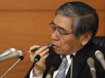 Presidente do Banco do Japão, Haruhiko Kuroda, escuta a pergunta de um repórter durante coletiva de imprensa na sede do banco, em Tóquio. O banco central do Japão manteve a política monetária nesta sexta-feira e sua avaliação de que a economia está se recuperando moderadamente, encorajado por crescentes sinais de que os benefícios de seu forte estímulo econômico estão se espalhando por setores mais amplos da economia. 20/12/2013. REUTERS/Yuya Shino