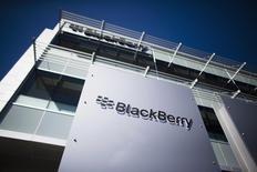 Le fabricant de smartphones BlackBerry annonce une perte au troisième trimestre de 4,4 milliards de dollars, imputable en particulier à une dépréciation des stocks. /Photo prise le 23 septembre 2013/ REUTERS/Mark Blinch