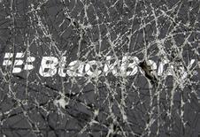 Логотип Blackberry, сфотографированный через разбитое стекло в боснийском городе Зеница 24 сентября 2013 года. Производитель смартфонов BlackBerry Ltd зафиксировал серьезные убытки в третьем квартале, окончившемся 30 ноября, в связи с уценкой запасов и обесценением активов. REUTERS/Dado Ruvic