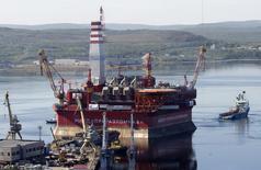 """Плавучая платформа """"Приразломная"""" в порту Мурманска 18 августа 2011 года. Нефтяное подразделение подконтрольного государству Газпрома Газпромнефть начала добычу на первом российском арктическом шельфовом проекте Приразломное, сказал Рейтер источник, знакомый с деталями освоения месторождения, за акцию против запуска которого были арестованы активисты Гринпис. REUTERS/Andrei Pronin"""