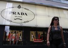 Mulher caminha em frente a uma loja da Prada em Hong Kong. A grife de luxo italiana Prada ficou abaixo das estimativas de analistas ao divulgar um crescimento de 8,6 por cento no lucro do terceiro trimestre, conforme um desempenho sólido nas Américas e no Japão compensaram um crescimento em desaceleração na Europa e na Ásia. 06/06/2011. REUTERS/Bobby Yip
