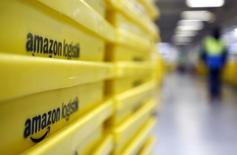 Dans un centre logistique d'Amazon à Graben, près d'Augsburg. Selon le syndicat Ver.di, les employés du site de vente en ligne Amazon en Allemagne ont l'intention de poursuivre leurs grèves l'année prochaine, en raison d'un conflit salarial en cours depuis plusieurs mois. /Photo prise le 16 décembre 2013/REUTERS/Michaela Rehle