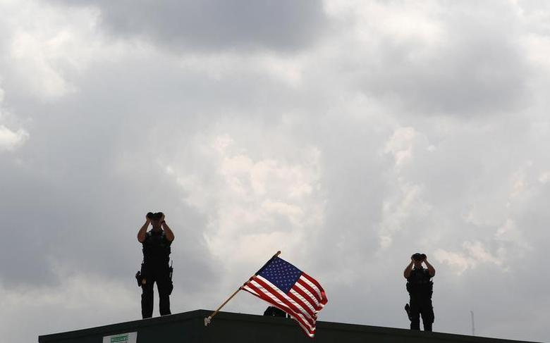 U.S. Secret Service personnel provide security for President Barack Obama as he tours Theodore Staging Facility to learn about recent developments on the deep water oil spill, in Theodore, Alabama June 14, 2010. REUTERS/Jim Young