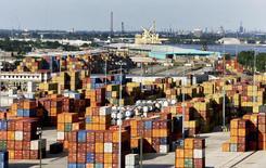 Контейнеры в порту Нового Орлеана 23 июня 2010 года. Экономика США росла в третьем квартале 2013 года самыми быстрыми темпами почти за два года, а деловые расходы были выше, чем думали ранее, указывая на солидную основу для долгосрочного роста. REUTERS/Sean Gardner