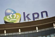 El logo de la firma de telecomuniaciones KPN en su casa matriz de La Haya, Holanda, oct 2 2013. La Comisión Europea abrió el viernes una investigación exhaustiva sobre la propuesta de Telefónica de adquirir la unidad alemana de KPN por 8.600 millones de euros y dijo que la oferta podría reducir la competencia en el mercado de la telefonía móvil alemán. REUTERS/Phil Nijhuis