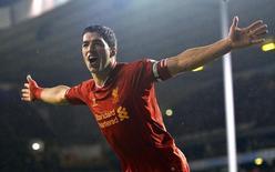 Jogador do Liverpool Luis Suárez comemora gol marcado contra o Tottenham Hotspur em partida pelo Campeonato Inglês, em Londres. Suárez assinou um novo contrato de longo prazo com o Liverpool após um empolgante início de temporada com 17 gols marcados, informou o clube inglês nesta sexta-feira. 15/09/2013. REUTERS/Toby Melville