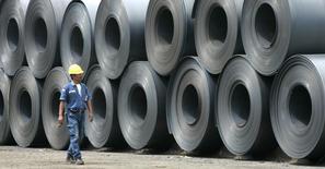 Um trabalhador passa por laminados de aço na siderúrgica de Krakatau, em Cilegon, Indonésia. A Câmara de Comércio Exterior (Camex) negou o pedido de suspensão de direito antidumping aplicado às importações de produtos laminados planos de aços inoxidáveis, conforme publicado nesta sexta-feira no Diário Oficial da União, mas sugeriu o acompanhamento de preços com reavaliações semestrais a partir de junho do ano que vem. 12/09/2008 REUTERS/Dadang Tri