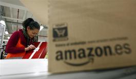Un trabajador en la planta de logística de Amazon en Graben, Alemania, dic 16 2013. Los trabajadores de Amazon.com en Alemania tienen previsto continuar con sus huelgas el año próximo, dijo el viernes el sindicato Verdi, en una disputa sobre los salarios que lleva ya varios meses. REUTERS/Michaela Rehle