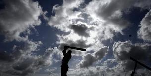 """Près de 500 ans après le schisme de 1537, l'Eglise d'Angleterre a officiellement relevé vendredi le défi lancé par le Vatican de s'affronter sur ...un terrain de cricket. La rencontre aura lieu en septembre à Lord's, """"La Mecque"""" des terrains de cricket située dans le nord de Londres. /Photo d'archives/REUTERS/Adnan Abidi"""