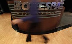 Una mujer camina frente al logo de la bolsa de valores BM&FBovespa de Brasil en Sao Paulo. 4 de agosto, 2011. El principal índice bursátil de Brasil cerró con pérdidas debido a una toma de ganancias de los inversores luego de fuertes alzas, pero logró acumular avances durante la semana y rompió una tendencia de cinco semanas a la baja. REUTERS/Nacho Doce