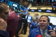 El operador Michael Pistillo Jr. grita el precio de una acción en la Bolsa de Valores de Nueva York. 11 de diciembre, 2013. Las acciones subieron en la bolsa de Nueva York, con los principales índices cerrando su mejor semana en meses, ya que un inesperadamente sólido dato de crecimiento económico aumentó la confianza en que la recuperación se está acelerando. REUTERS/Brendan McDermid