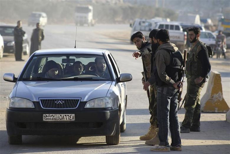 Islamist fighters man a checkpoint at the Syrian border crossing of Bab al-Hawa, at the Syrian-Turkish border, Idlib Governorate December 20, 2013. REUTERS/Ammar Abdullah