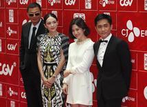 """(Derecha a izquierda) El director Wong Kar-wai, y los miembros del reparto Zhang Ziyi , Song Hye-kyo y Tony Leung Chiu-wai durante la promoción de """"The Grandmaster"""", en el Festival de Cine de China, en Seúl, jun 16, 2013. Películas de Camboya, Bosnia Herzegovina y de los territorios palestinos estaban en la lista preliminar de candidatas al Oscar a la mejor película en lengua no inglesa, dijo la Academia que organiza los premios. REUTERS/Kim Hong-Ji"""