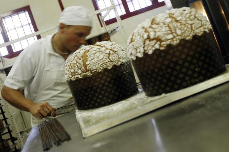 An inmate working for the Giotto cooperative produces traditional panettone Christmas cakes at a state maximum security jail in Padova, December 17, 2007. REUTERS/Dario Pignatelli
