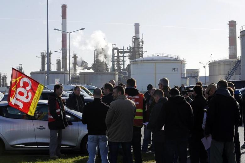 Striking union workers of French oil giant Total gather in front of the oil refinery of Donges, near Nantes, December 20, 2013. REUTERS/Stephane Mahe