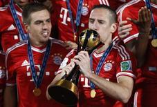 Franck Ribery, jogador dos alemões do Bayern Munich, beija o troféu ao celebrar a vitória do Mundial de Clubes no último sábado, em Marrakesh, Marrocos. 21/12/2013 REUTERS/Youssef Boudlal