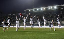 Jogadores do time Juventos comemoram vitória sobre o Atlanta neste domingo, em Roma. 22/12/2013 REUTERS/Giorgio Perottino
