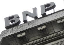 A la mi-séance, les financières limitent le repli du CAC 40, qui perd 0,04% à 4.191,93 points vers 12h45. BNP Paribas gagne 0,66%. /Photo d'archives/REUTERS/Mal Langsdon