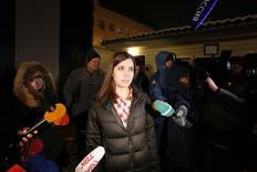 Nadezhda Tolokonnikova fala à mídia após ter sido solta da prisão em Krasnoyarsk. Tolokonnikova, integrante da banda punk russa Pussy Riot, foi solta nesta segunda-feira sob uma anistia que permitiu sua libertação antes do final de uma condenação a dois anos de prisão por um protesto realizado dentro de uma igreja contra o presidente Vladimir Putin. 23/12/2013 REUTERS/Ilya Naymushin