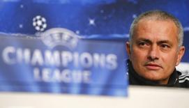 """O técnico do Chelsea, José Mourinho, participa de uma coletiva de imprensa em Basileia. Mourinho pretende permanecer por 12 temporadas no clube inglês, apesar de ter aceitado o seu """"pior contrato"""" em seis anos. 25/11/2013 REUTERS/Arnd Wiegmann"""