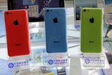 iPhones 5C da Apple mostrados em expositores com o logotipo da China Mobile em Pequim. A Apple informou que assinou um acordo de longo prazo com a China Mobile Ltd para vender iPhones por meio da maior rede de telefonia móvel do mundo. 23/12/2013 REUTERS/Kim Kyung-Hoon