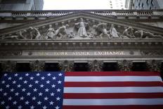Wall Street a ouvert en hausse lundi, enchaînant sur la progression sensible enregistrée la semaine dernière en raison d'une nouvelle statistique montrant la bonne santé de l'économie américaine ainsi que du bond de près de 3% du titre Apple. Vers 14h35 GMT, le Dow Jones gagnait 0,44%, le Standard & Poor's 500 0,54% et le Nasdaq Composite 0,71% à 4.134,02. /Photo d'archives/REUTERS/Eric Thayer