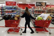 """""""Black Friday"""" en un local de Target, en Torrington, Connecticut, nov 25, 2011. El gasto del consumidor en Estados Unidos registró en noviembre su mayor incremento en cinco meses, el más reciente indicio de una fortaleza sostenida de la economía cuando el año se acerca a su fin. REUTERS/Jessica Rinaldi"""