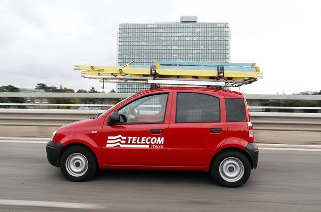 Telecom Italia technical office personnel drives a car in Rome, December 20, 2013. REUTERS/Alessandro Bianchi