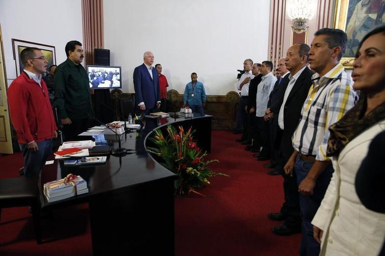 Venezuela's President Nicolas Maduro (2nd L) sings the national anthem during a meeting with the opposition's newly elected mayors and governors at Miraflores Palace in Caracas December 18, 2013. REUTERS/Carlos Garcia Rawlins