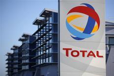 Logo de Total frente a la refinería de Donges, cerca de Nantes, dic 20, 2013. Trabajadores en tres de las cinco refinerías de la petrolera Total en Francia iniciaron el lunes su décimo primer día de huelga por reclamos salariales, luego de que una cuarta planta acordara el fin de semana retomar sus operaciones. REUTERS/Stephane Mahe