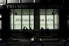 Люди в здании головного офиса JP Morgan в Нью-Йорке 25 октября 2013 года. Американские и европейские регуляторы обложили банки рекордными штрафами в этом году, превысившими $43 миллиарда, в стремлении навести порядок в финансовом секторе. REUTERS/Eduardo Munoz