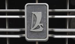 Логотип Lada на автомобиле в Санкт-Петербурге 2 мая 2012 года. Российский автогигант Автоваз выпустил во вторник последний автомобиль Lada Samara, разработанный еще в доперестроечные времена с помощью Porsche и Fiat, сообщила компания. REUTERS/Alexander Demianchuk