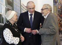 Freed Russian former oil tycoon Mikhail Khodorkovsky stands with his parents Marina and Boris ahead of a news conference in the Museum Haus am Checkpoint Charlie in Berlin, December 22, 2013. REUTERS/Michael Kappeler/Pool