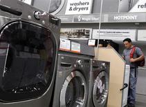 Sección electrodomésticos en local de Home Depot en Nueva York, jul 29, 2010. Los pedidos de bienes duraderos en Estados Unidos subieron en noviembre y un indicador sobre los planes de gastos de las empresas en bienes de capital registró su mayor incremento en casi un año, un factor que apunta a una fortaleza sostenida en la economía. REUTERS/Shannon Stapleton/Archivos