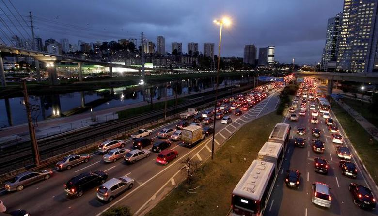 Vehicles are seen in a traffic jam during rush hour at Marginal Pinheiros in Sao Paulo July 22, 2011. REUTERS/Nacho Doce