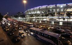 Carros são vistos em congestionamento em frente ao estádio do Maracanã, no Rio de Janeiro. O governo estendeu nesta terça-feira o prazo de recomposição das alíquotas de Imposto sobre Produtos Industrializados (IPI) de automóveis e móveis, que não vão mais voltar integralmente a partir de janeiro, para até meados de 2014. 07/06/2013 REUTERS/Ricardo Moraes