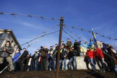 Manifestantes ucranianos pró-integração com a União Europeia são vistos na Praça da Independência, em Kiev. A Rússia disse à Ucrânia nesta terça-feira que transferiu a primeira parcela de 3 bilhões de dólares do resgate prometido de 15 bilhões, parte dos planos russos para manter Kiev sob influencia de Moscou e fora do alcance da União Europeia. 22/12/2013 REUTERS/Marko Djurica